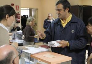 Un cartero entrega el voto por correo en un colegio electoral en Madrid. (EFE)