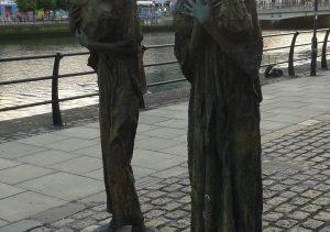 """Al borde del Liffey hay una escultura llamada """"The Famine Memorial"""", es un homenaje del gobierno canadiense a los y las irlandesas que emigraron a Canadá por la gran hambruna en el siglo XIX."""