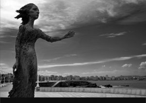 """La escultura """"La Madre del Emigrante"""" también conocida entre los gijoneses como """"La lloca"""" está en Gijón (Asturias)  Autor: Ramón Muriedas"""