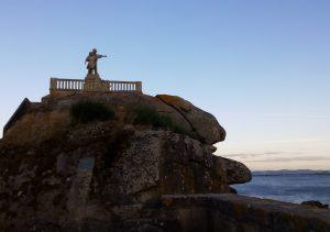 """El """"Monumento ó emigrante"""" dedicado a la emigración, se encuentra en Palmeira (A Coruña). Ambos miran hacia la ría d'Arousa."""