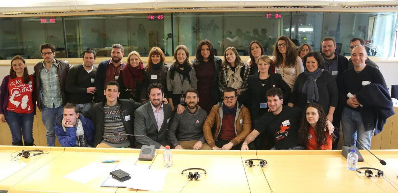Foto con las asistentes a las jornadas (Marina Albiol (centro), Estefanía Torres (2a por la dcha.), eurodiputadas del GUE-NGL, representantes del Consejo de la Juventud de España y del área de Juventud de IU)
