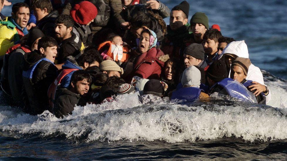 Barca llegando a Lesbos. Fuente La Voz de Galicia